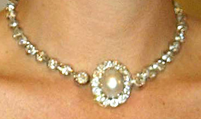 Close-up van het parelslot aan diamanten collier